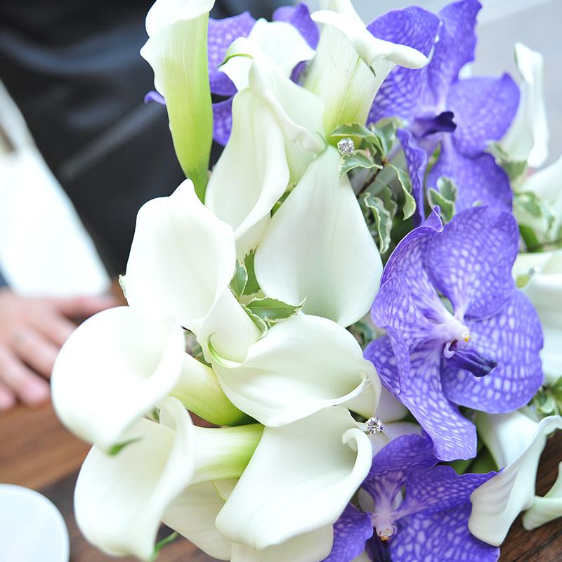 bouquet calle bianche e fiori viola