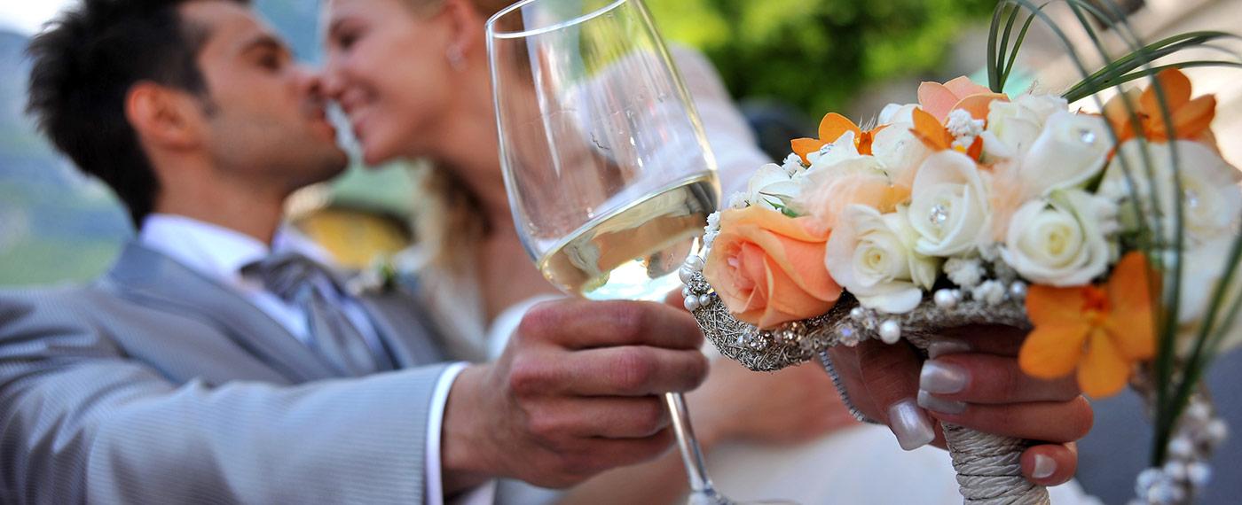 bouquette con rose arancio e bianche